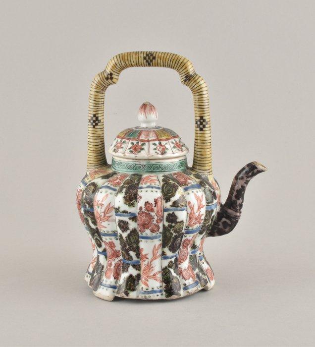 A CHINESE FAMILLE VERTE TEAPOT - Porcelain - China - Kangxi (1662-1722)