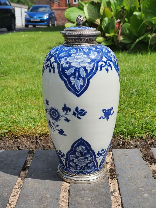 A Fine Blue and White Jar Bottle with Silver Mounts - Porcelain - China - Kangxi (1662-1722)