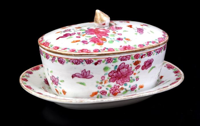 Oval jar with lid with saucer in Famille rose decor - Porcelain - China - Qianlong (1736-1795)
