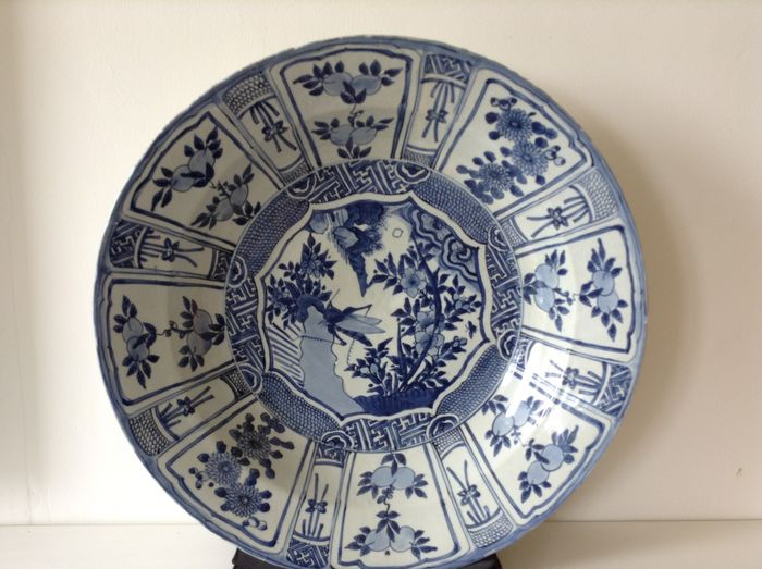 Large Ming-wanli dish, 16th century. - Porcelain - China - 16th century