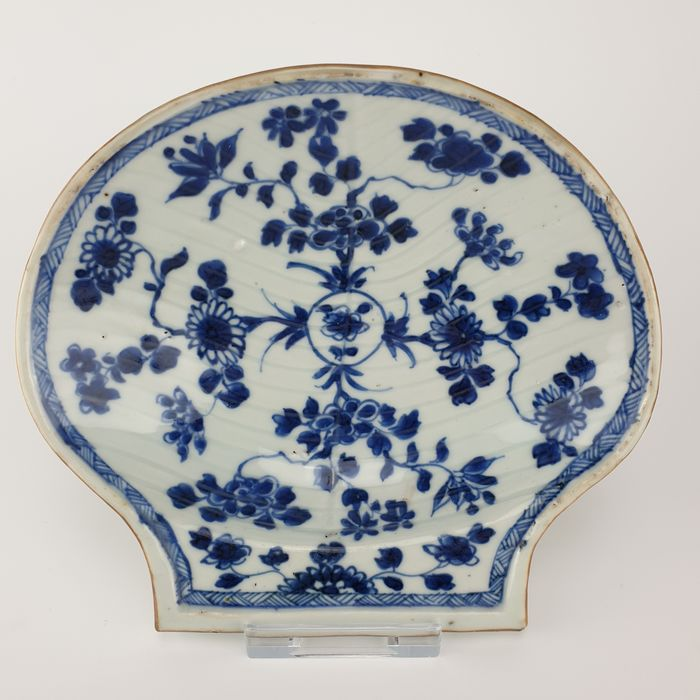 Bowl, Plate (1) - Blue and white - Porcelain - Conch shell - Extremely Rare Shell Shaped Blue and White Bowl from the Kangxi Period - China - Kangxi (1662-1722)