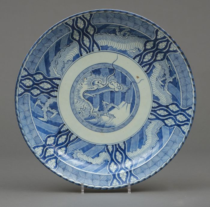 Dish - Arita - Porcelain - Dragon - Large dish vividly decorated with a fierce dragon, with apocryphal Chinese Chenghua mark - Japan - Meiji period (1868-1912)
