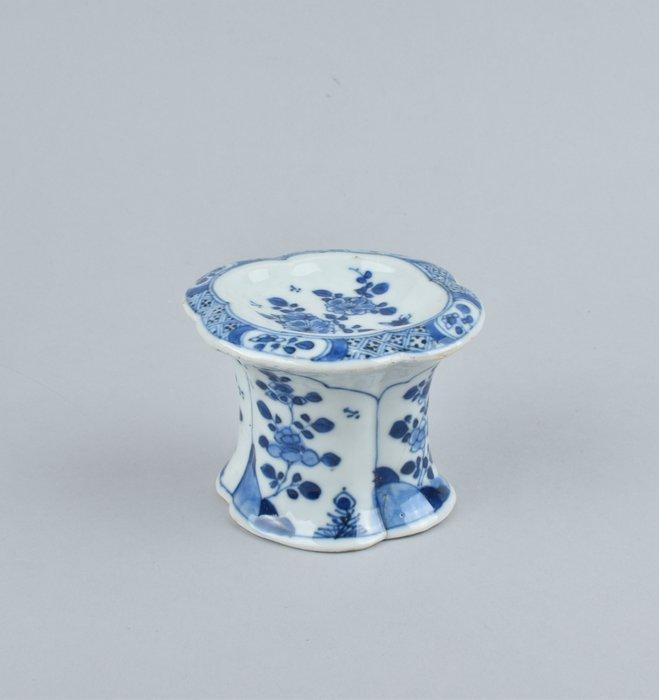 A CHINESE BLUE AND WHITE SALT CELLAR - Porcelain - China - Kangxi (1662-1722)