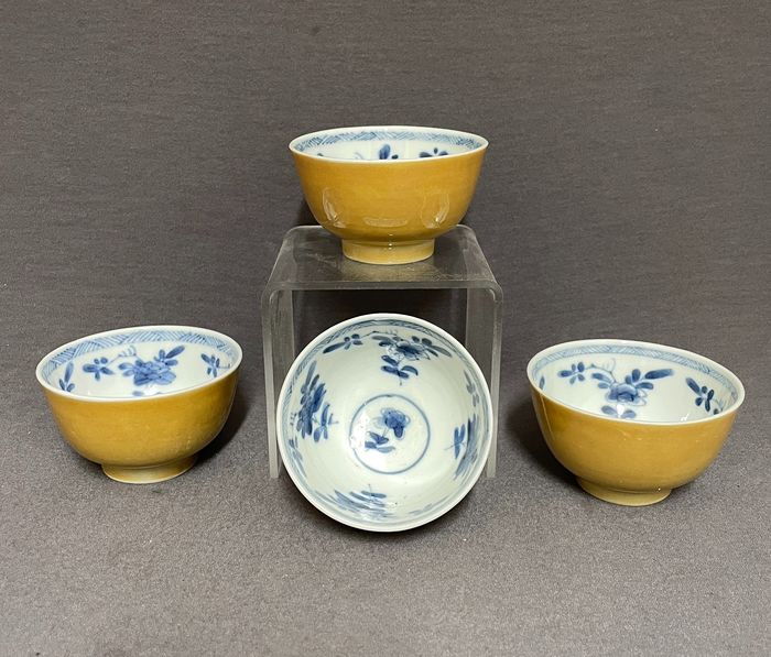 Bowl (4) - Porcelain - Chinese - Set of four - Blossoms and geometricals - China - Kangxi (1662-1722)