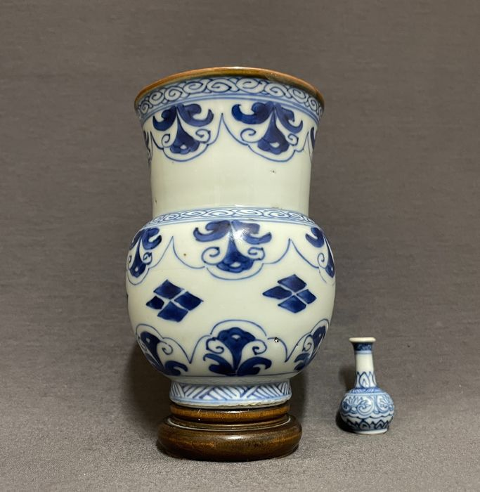 Vase - Porcelain - Chinese - Zhadou - Floral and geometrical patterns - Rare and fine - China - Kangxi (1662-1722)