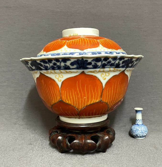 Lotus bowl and cover - Porcelain - Chinese - Very well painted, attractive piece - China - Kangxi (1662-1722)