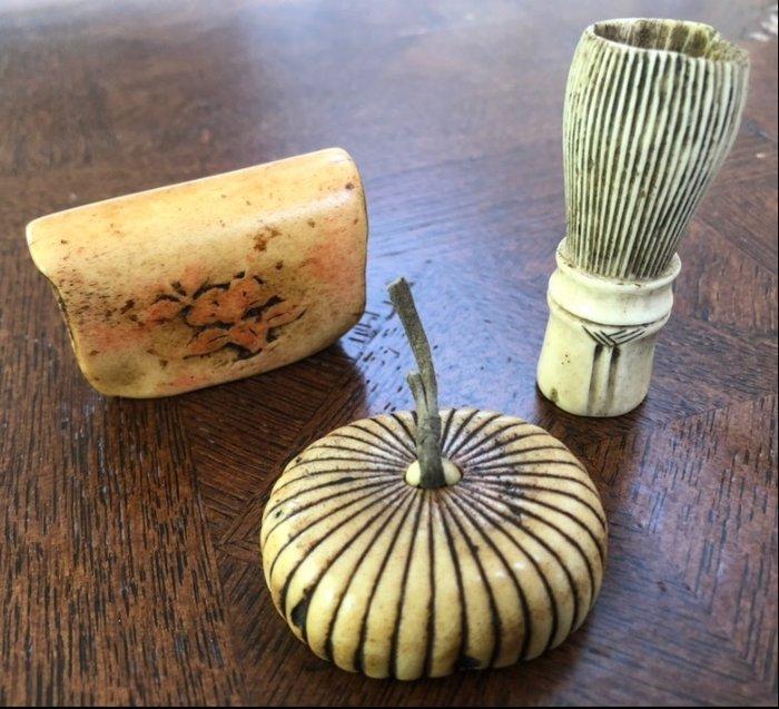 Netsuke (3) - Bone, Deer Antler - Chasen (bamboe theeklopper), netsuke chrysant en ikebana netsuke - Japan - Edo Period (1600-1868)