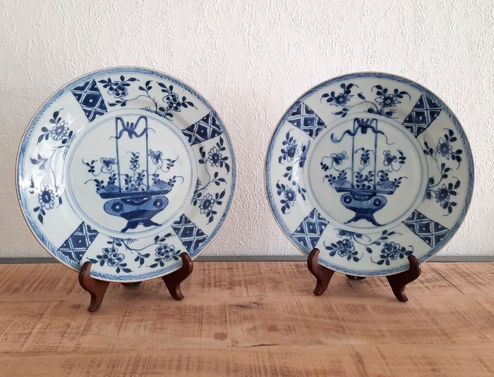 Plates (2) - Porcelain - flower baskets - China - 18th century