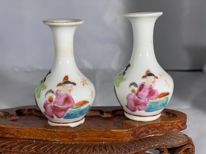 A Pair of Fine Chinese Miniature Vases Canton Guilted Figural Motives 19th c. (1) - Canton - Porcelain - China - 19th century