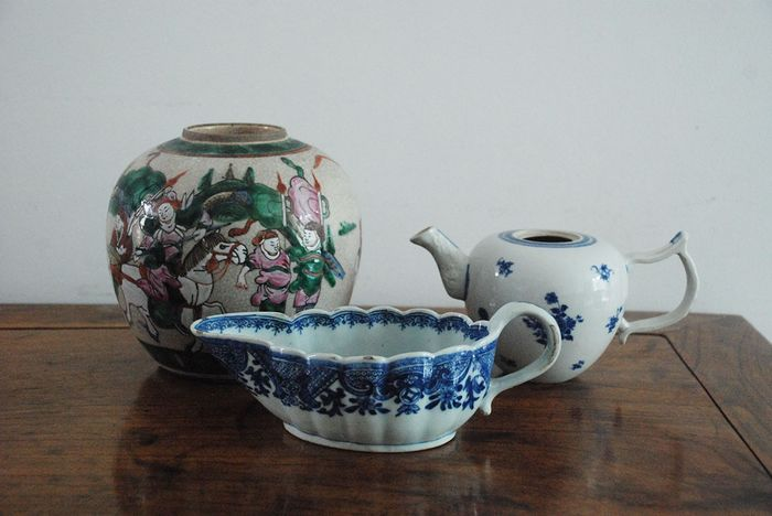 Teapot, Vase, Sauce boat (2) - Porcelain - A group of Chinese antique porcelain - China - 18th - 19th century