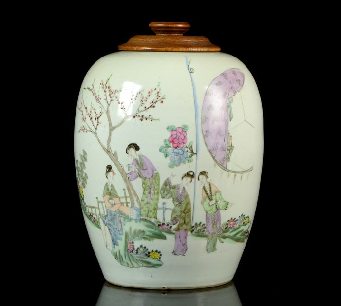 A large jar and wooden cover (2) - Qian Jiang Cai - Porcelain - Ladies, trees, fence, flowers, calligraphy - Garden terrace scene - China - 19th century