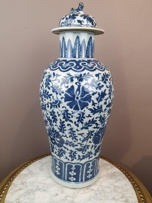 Vase (1) - Porcelain - Blue-white (Ming style) Lotus scrolls - China - Guangxu (1875-1908)