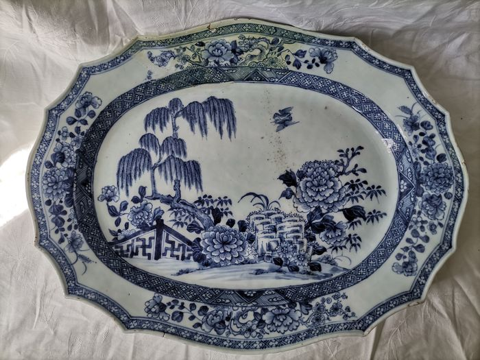 Plate (1) - Blue and white - Porcelain - Parvati, Peony - Huge Chinese blue and white plate - China - 18th century