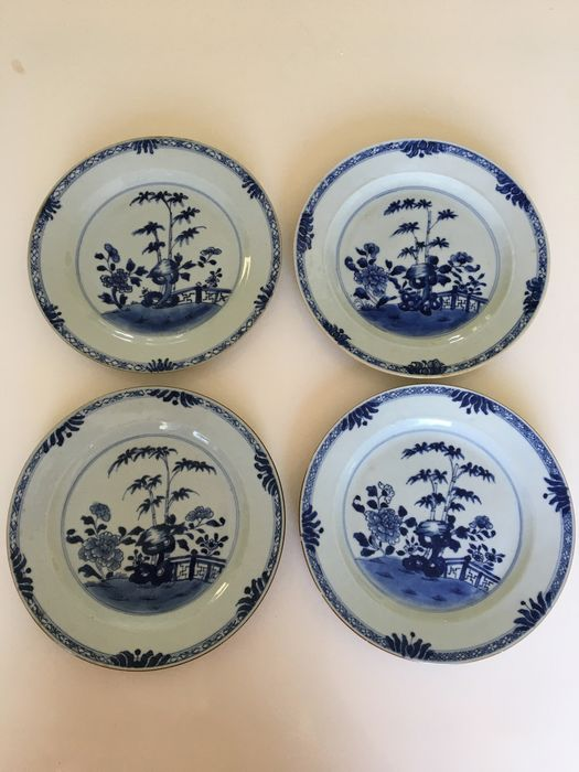 A series of 4 Chinese porcelain blue and white plates with gate and flowers (4) - Porcelain - China - 18th century