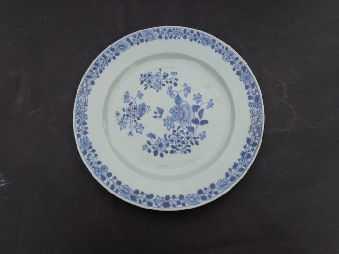 Plate (1) - Blue and white - Porcelain - Flowers - China - Qianlong (1736-1795)