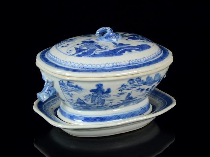 A Chinese oval tureen and cover with octagonal platter (3) - Blue and white - Porcelain - Countryside landscape with pagoda, dwellings, trees, people, islands - NO RESERVE PRICE == - China - Jiaqing (1796-1820)