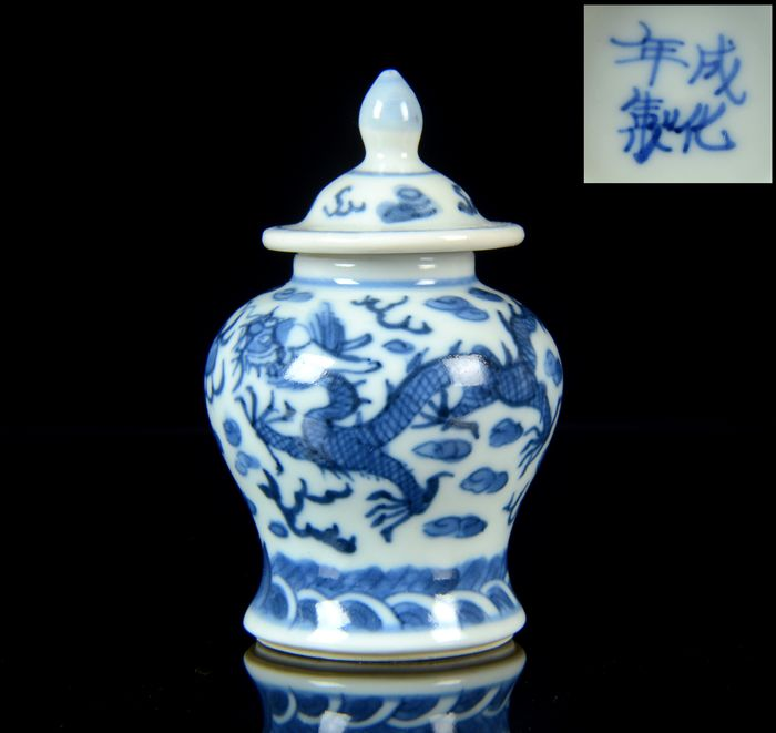 """A miniature Chinese vase and cover (2) - Blue and white - Porcelain - NO RESERVE PRICE - """"Dragons vase"""" - Chenghua apocryphal mark - Perfect condition - China - Guangxu (1875-1908)"""