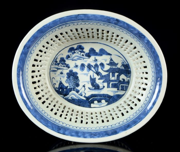 A large reticulated oval bowl (basket for fruits) (1) - Blue and white - Porcelain - NO RESERVE PRICE - Pagoda and willow tree pattern. River, boats, islands. - China - Jiaqing (1796-1820)