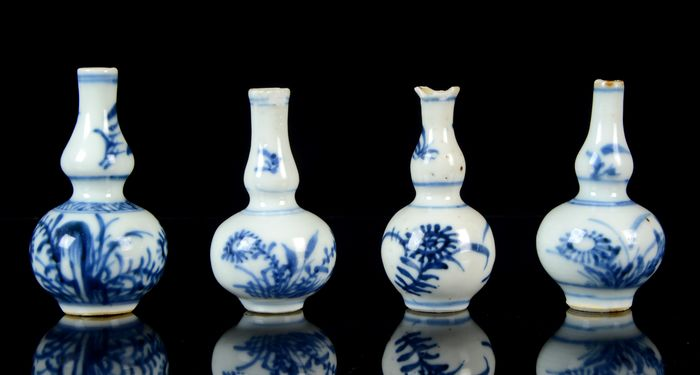 Collection of four Chinese miniature vases (4) - Blue and white - Porcelain - Flowers - China - Qianlong (1736-1795)