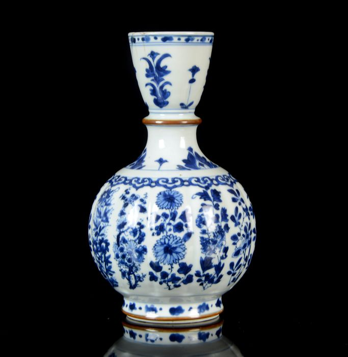 A Chinese ribbed vase - Blue and white - Porcelain - NO RESERVE PRICE - Chrysanthemum and other flowers decor - China - Kangxi (1662-1722)