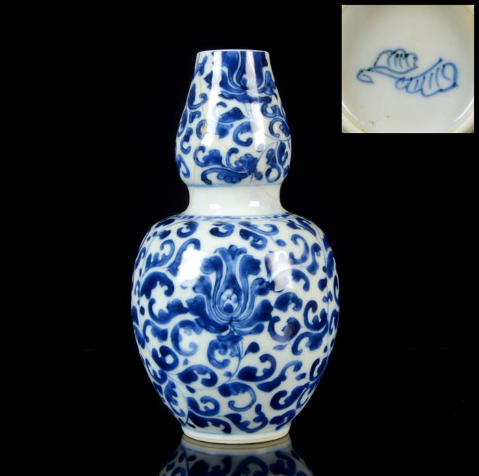 A Chinese double gourd vase - Blue and white - Porcelain - NO RESERVE PRICE - 'Lotus' vase - China - Kangxi (1662-1722)