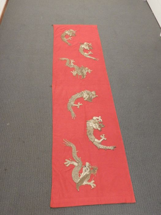 Embroidery - Silver brocade - Six embroidered chilongs on a cloth - China - Qing Dynasty (1644-1911)