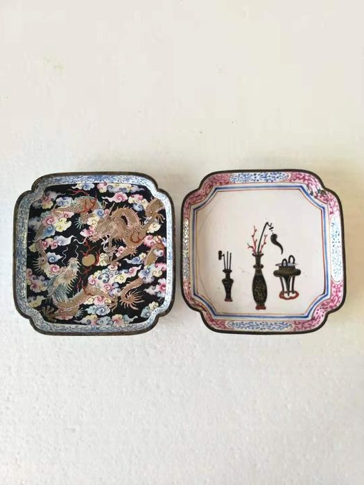 Plates (2) - Famille rose - Canton enamel - Dragon, literate object - China - 18th century