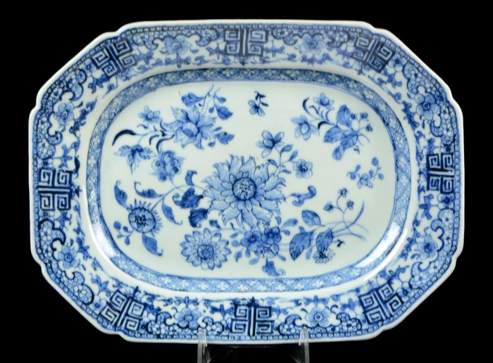 A large Chinese octagonal platter - Meat charger - Blue and white - Porcelain - Flowers - China - Qianlong (1736-1795)