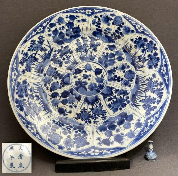 Saucer - Porcelain - Chinese - Huge (d. 36,4 cm!) - Kangxi mark and of the period - China - Kangxi (1662-1722)