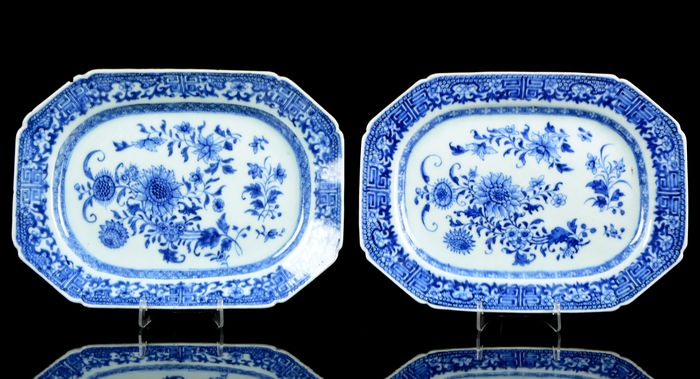 A pair of Chinese octagonal platters - Meat chargers (2) - Blue and white - Porcelain - Flowers - China - Qianlong (1736-1795)