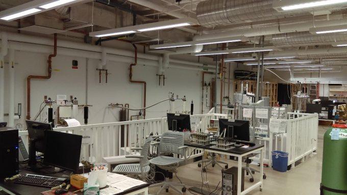 地下にあるNMR Room。化学科全体でシェアしています。