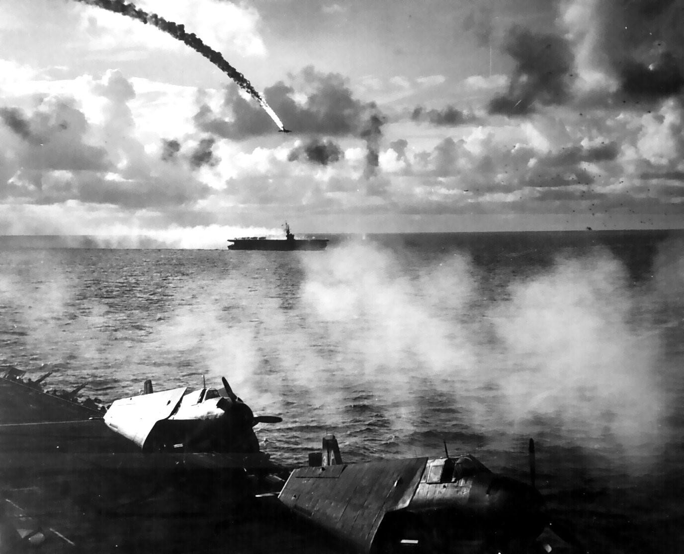 マリアナ沖海戦で撃墜される日本軍機