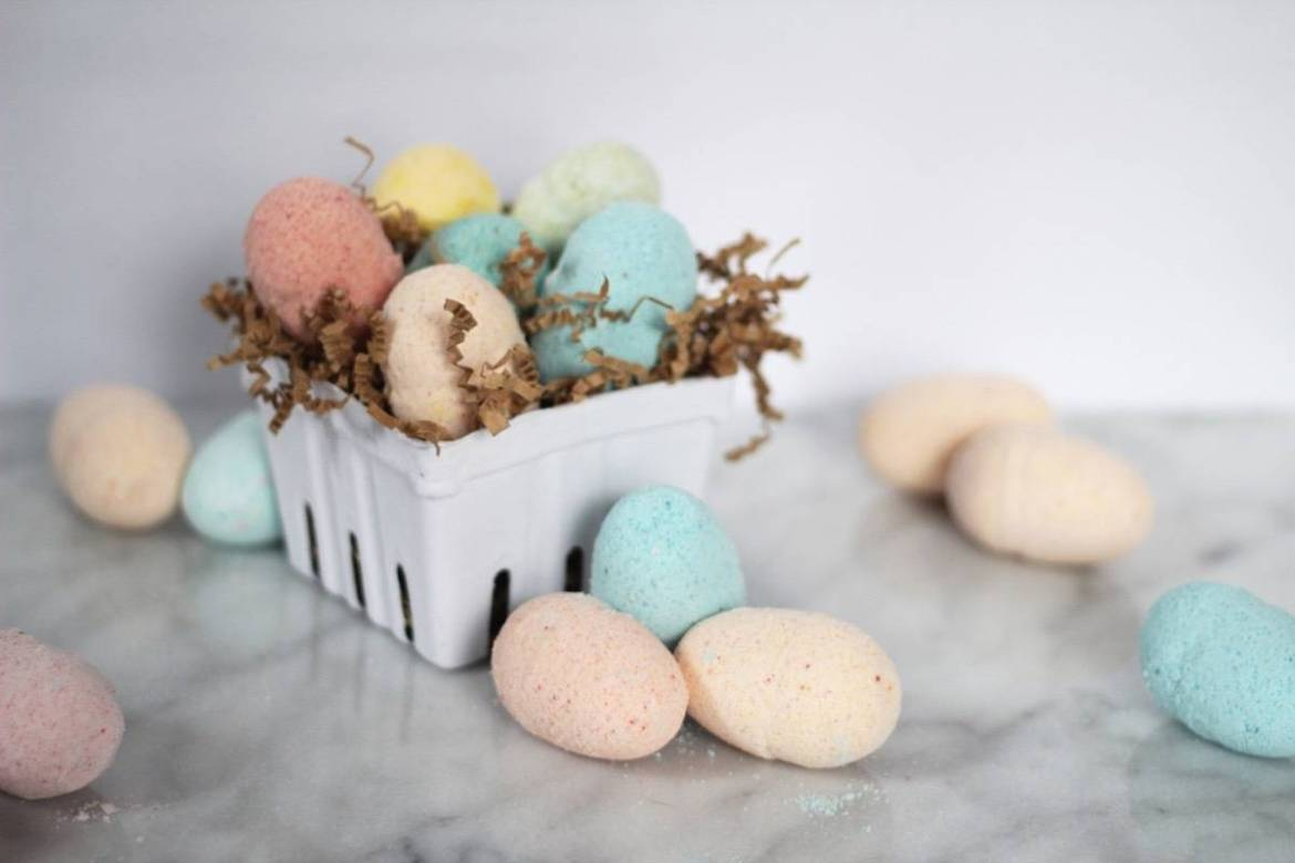DIY Easter egg bath bombs - these come with a surprise inside!