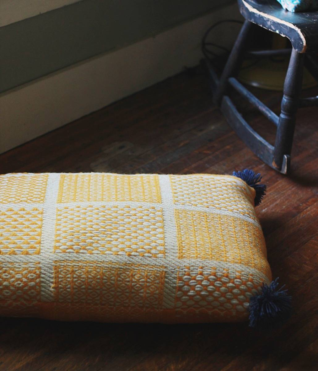 99 ways to use fabric to decorate your home   DIY floor pillow