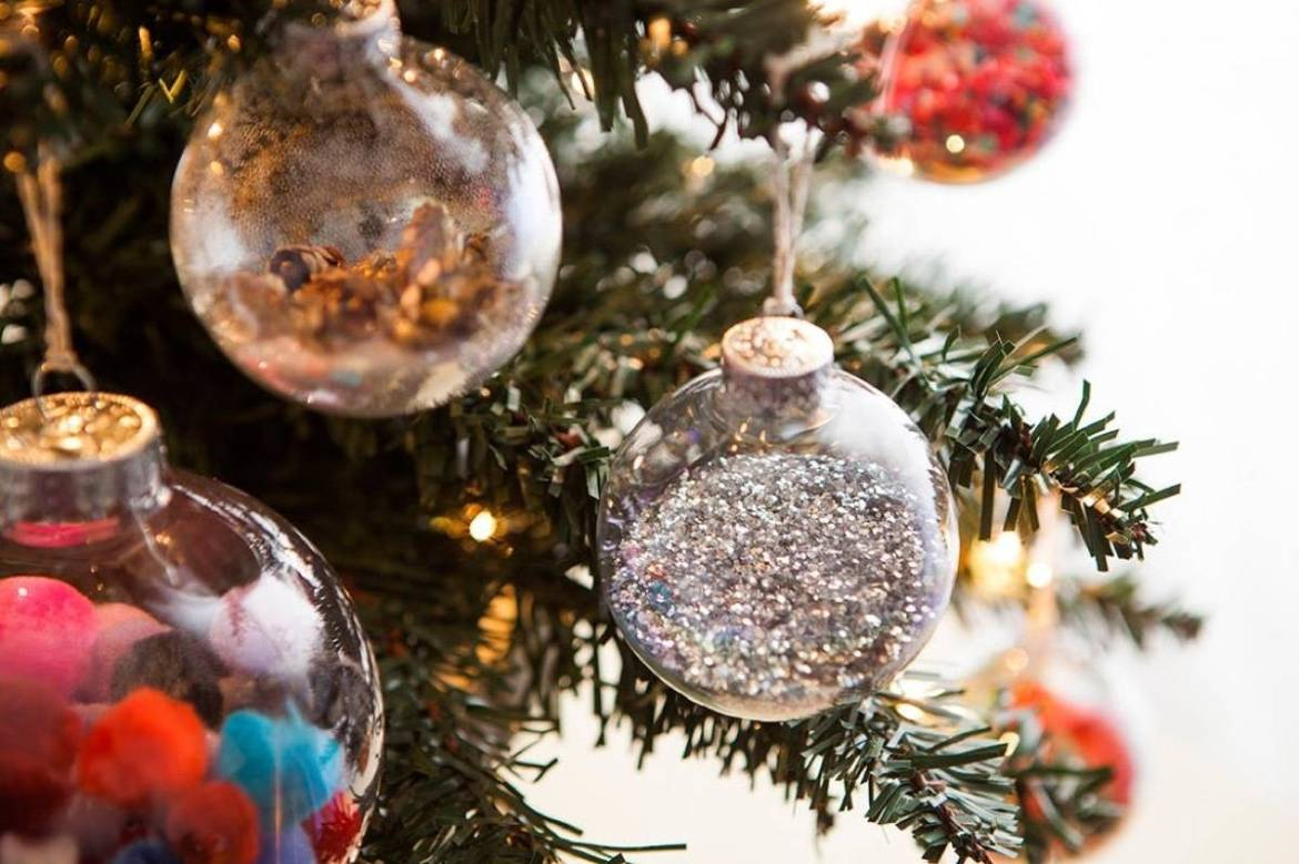 Do-it-yourself Christmas ornaments | Glitter-filled globes