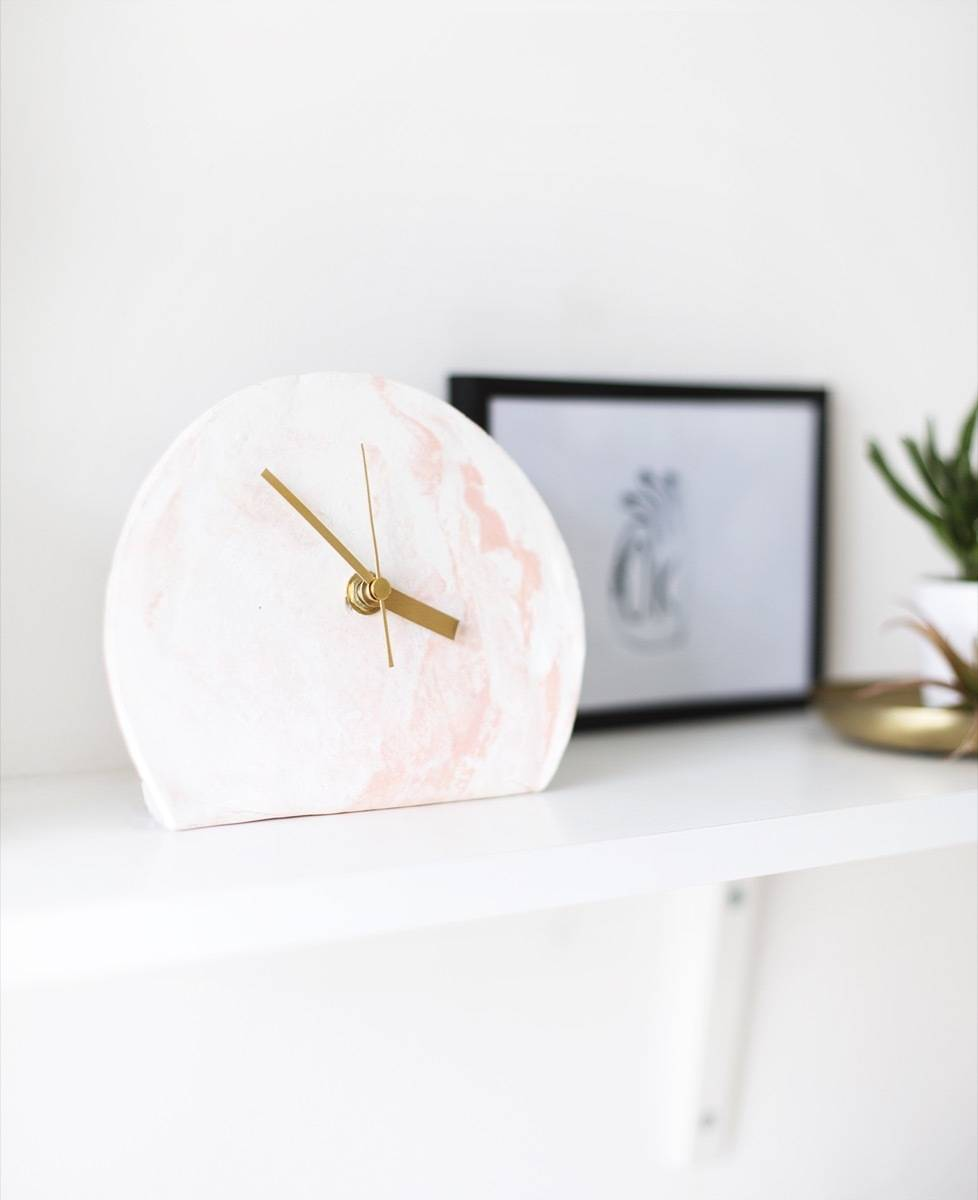 DIY Mother's Day Gift Ideas: Marbled clock