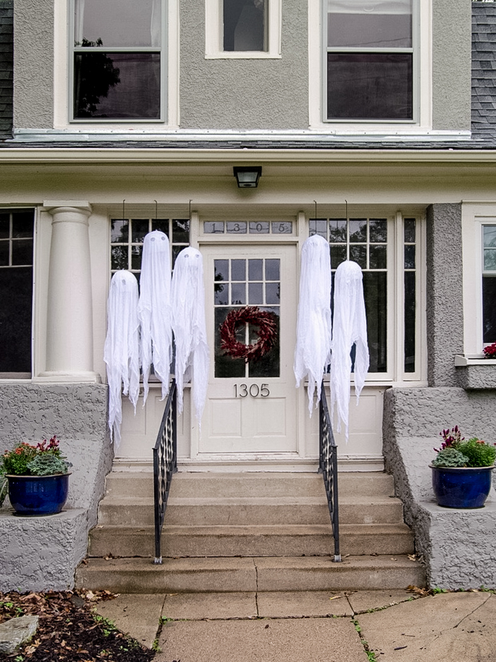 Outdoor Halloween decor | DIY hanging ghosts