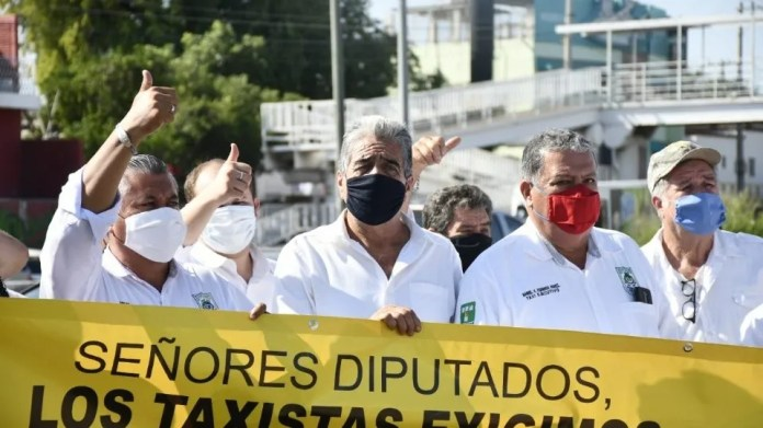 Taxi drivers protest against Uber in the Congress of Sinaloa 3 (Photo: El Debate / José Betanzos)