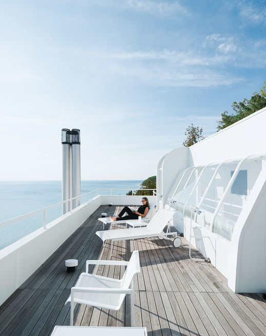 <br /><br /><br /><br /><br /> The rear façade of a Richard Meier lake house in Harbor Springs, Michigan, is a complex network of redwood decks and cantilevered staircases, all of which provide stunning views of Lake Michigan. Photo by: Dean KaufmanCourtesy of: © Dean Kaufman 2011 ALL RIGHTS RESERVED<br /><br /><br /><br /><br />