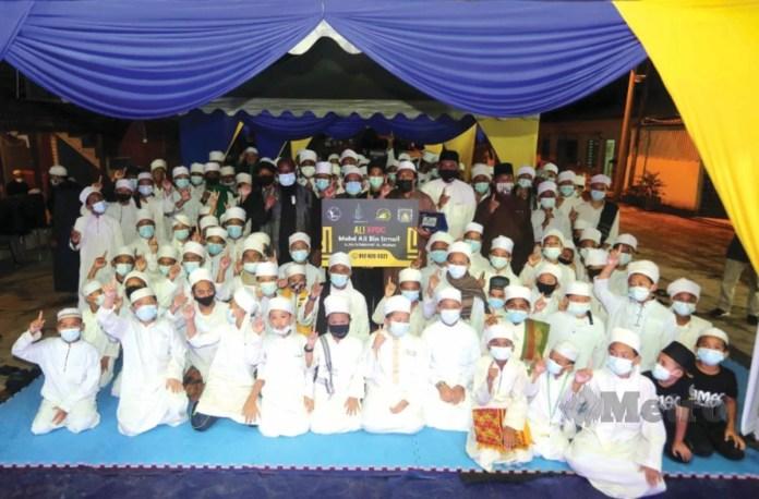 BERSAMA pengetua dan pentadbir serta pelajar Al-Muqwa.
