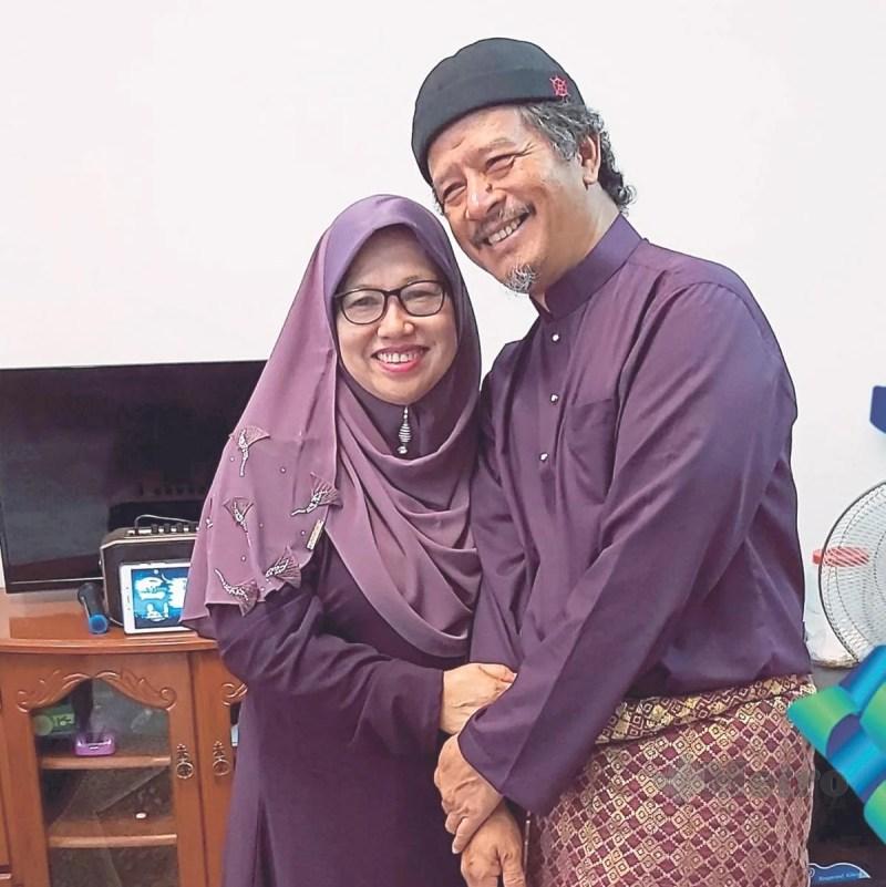 SUASANAMASRA Saubissabriah bersama suaminya.