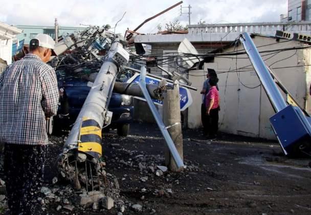 KEADAAN tiang elektrik yang tumbang akibat taufan Maysak. FOTO AFP.