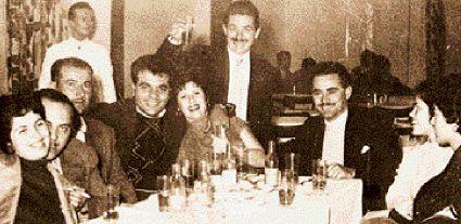 Ρίτα Σακελλαρίου, Θ. Δερβενιώτης, �νας θαμώνας, Στ. Καζαντζίδης, Καίτη Γκρ�υ, ο ιδιοκτήτης του «Αστ�ρα» Κοκκινιάς Γ. Κονδύλης, Ρ�να Ντάλμα και μία φίλη τους