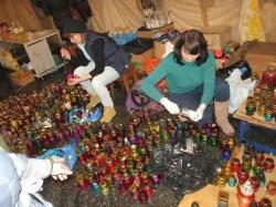 Aktivistinnen bereiten Gedenk-Kerzen für die Revolutionsopfer vor: Foto: Billy Six