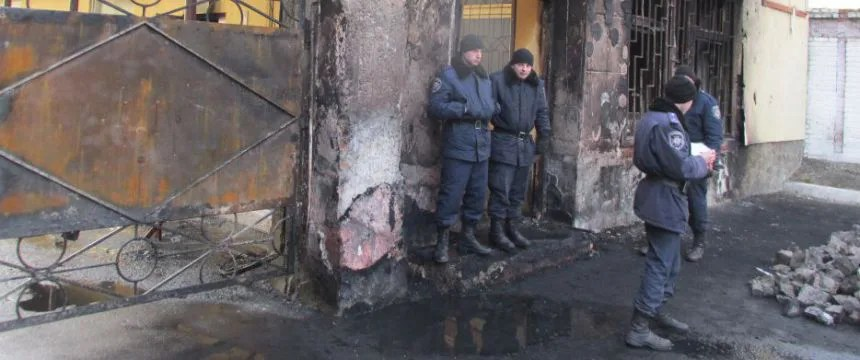 """Gendarmen vor der ausgebrannten Kaserne der """"Vnutrishni Vijsska"""" in Lemberg: Es gab keinen Schießbefehl Foto: Billy Six"""