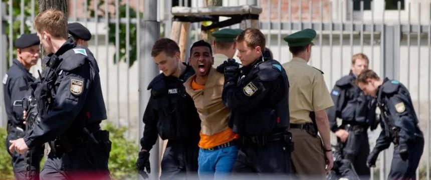Asylbewerber werden abgeführt: Polizei räumt Foto: dpa