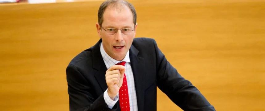 Markus Ulbig im Landtag: Härteres Durchgreifen bei Abschiebungen Foto: dpa