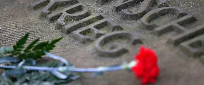 Gedenkstein auf dem Heidefriedhof: Keine Kranzniederlegung mehr Foto: dpa