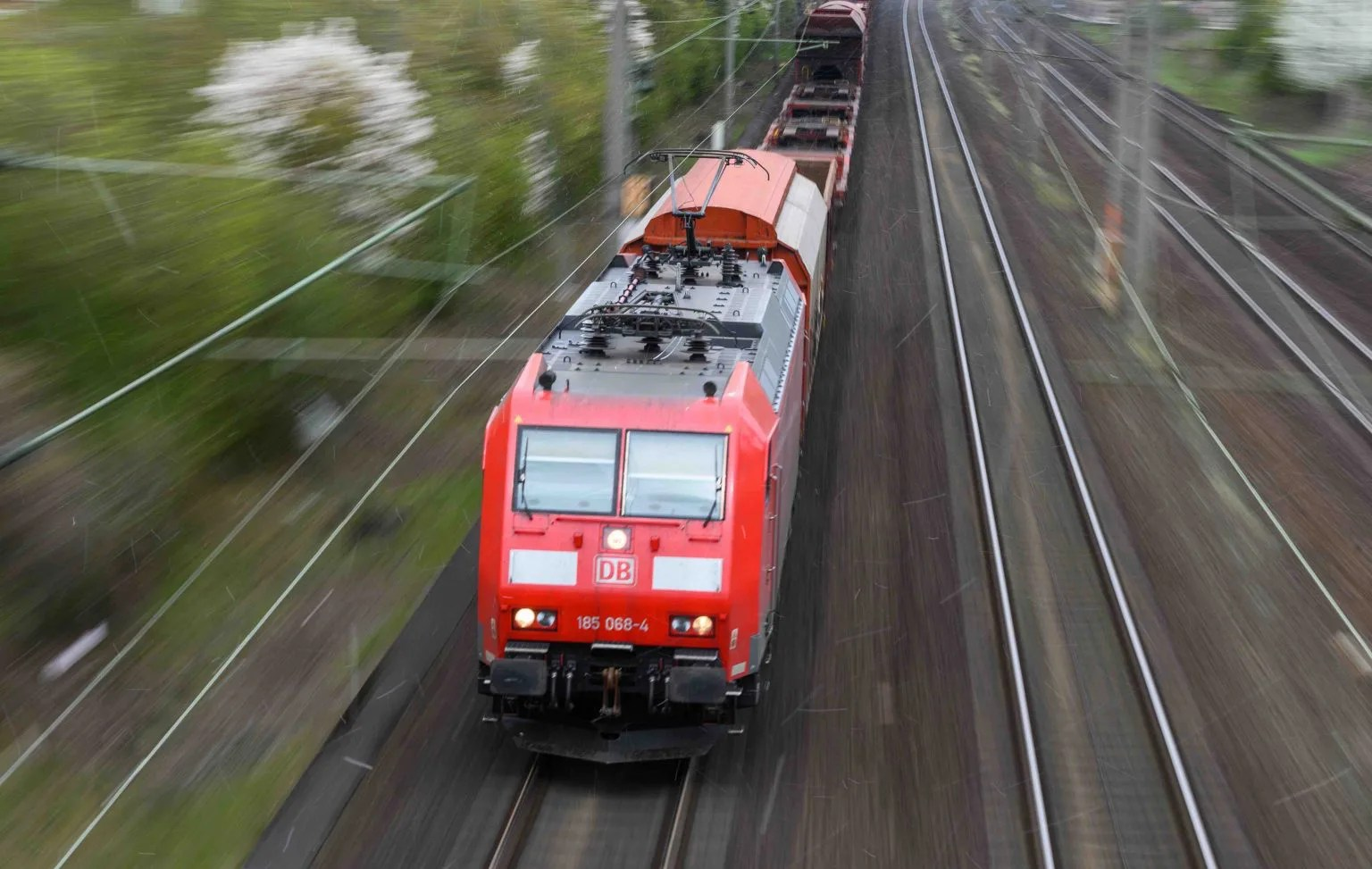 Mann von Asylbewerbern ins Gleisbett gezogen und von Zug schwer verletzt