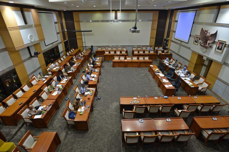 Peserta mengikuti seleksi calon komisioner Komnas HAM di ruang Komisi III DPR, Kompleks Parlemen Senayan, Jakarta, Senin (25/9). Sebanyak 14 calon komisioner Komnas HAM menjalani tes tertulis pembuatan makalah, selanjutnya akan mendalami pengetahuan kemampuan peserta dalam uji kelayakan dan kepatutan oleh Komisi III DPR yang akan dilaksanakan pada Kamis (28/9). ANTARA FOTO/Wahyu Putro A/aww/17.